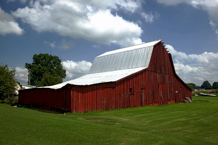 A red wooden barn in rural Alabama