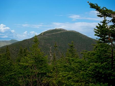 green jay: Una vista de Jay Peak, una estación de montaña situada en las verdes montañas de Vermont, Foto de archivo