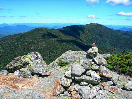 新しい Hapshire の白い山にある中間カーター山