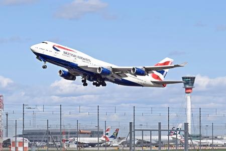 런던 히드로 공항에서 이륙하는 British Airways 보잉 747-400 스톡 콘텐츠