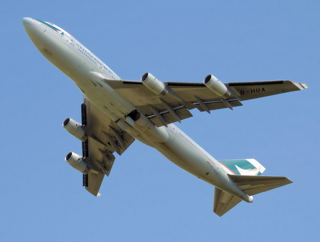 A Cathay Pacific Boeing 747-400 high above in the sky 版權商用圖片 - 77651235