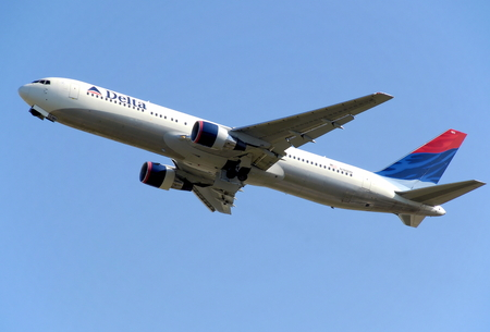 Delta Air Lines Boeing 767-300 high above the sky Stok Fotoğraf - 77495098