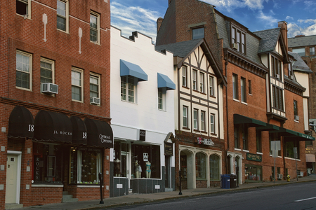 A view of Greenwich Avenue in Greenwich, CT, often referred to as the Beverly Hills of Connecticut with it's many stylish shops Standard-Bild - 112050024