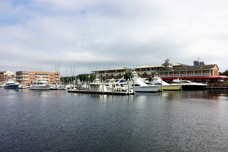 View of Port Royal and downtown Pensacola, Florida Standard-Bild - 115064694