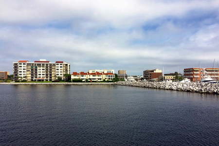 View of Port Royal and downtown Pensacola, Florida Standard-Bild - 115064712