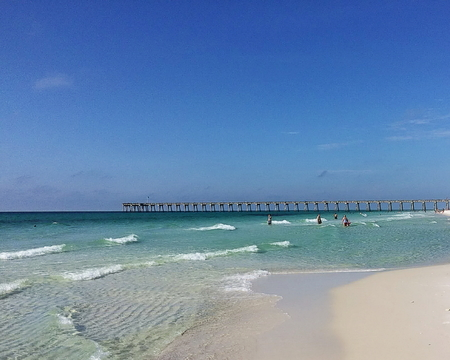 View of Pensacola Beach with the fishing pier in the far distance Standard-Bild - 117353083