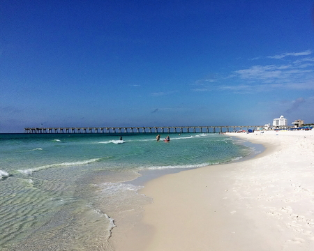 View of Pensacola Beach with the fishing pier in the far distance Standard-Bild - 117353088