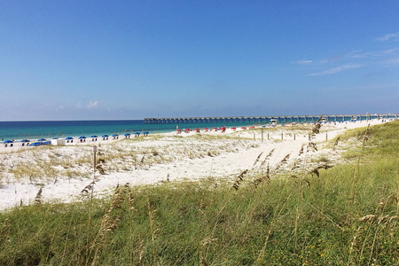 View of Pensacola Beach with the fishing pier in the far distance Standard-Bild - 117353091