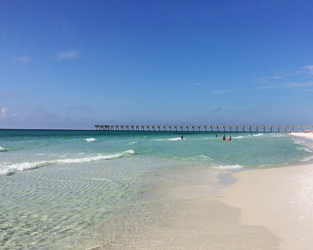 View of Pensacola Beach with the fishing pier in the far distance Standard-Bild - 117353096