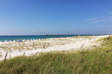 View of Pensacola Beach with the fishing pier in the far distance Standard-Bild - 117353176
