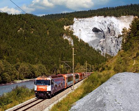 Glacier Expresses traveling through the Rhine Canyon between Versam-Safien and Valendas-Sagogn, Switzerland Standard-Bild - 117319701