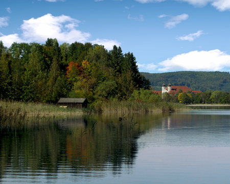 A view of the Kochelsee and lakeshore in Upper Bavaria, Germany Standard-Bild - 117353443