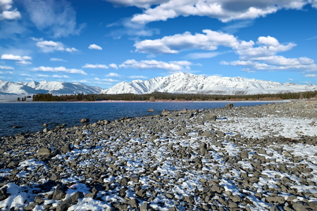 Picturesque view of Lake Tekapo and the snow-covered Two Thumb Range, New Zealand Standard-Bild - 117353496