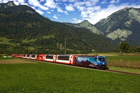 Glacier Express traveling between Reichenau-Tamins and Bonaduz, Switzerland Standard-Bild - 117321071