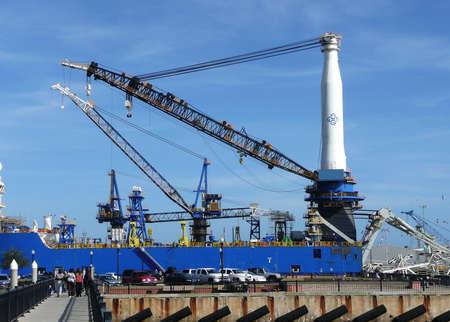 Cranes loading and unloading supplies and cargo at the Port of Pensacola, Pensacola, Florida, USA 免版税图像
