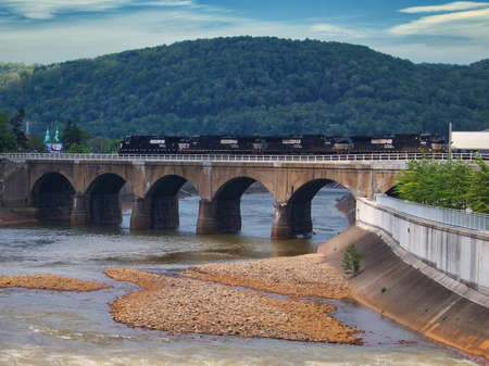A diesel train crossing the Stone Bridge in Johnstown, Pennsylvania, USA 免版税图像