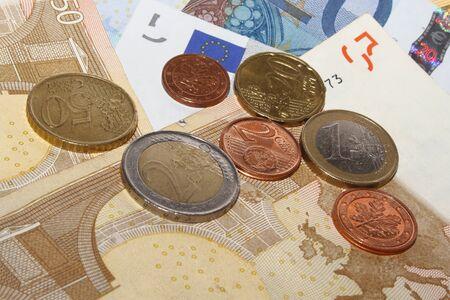 billets euros: Diff�rentes pi�ces en euros sur diff�rents billets en euros