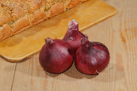 cebolla: cebollas, cebollas, verduras en una tabla de cortar de madera
