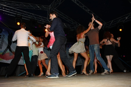 baile latino: Festival de bailes latinos zumba, la rumba, la samba, la salsa, que se celebr� en Belgrado, Serbia en agosto de 2011.organized La Organizaci�n Tur�stica de Belgrado Editorial
