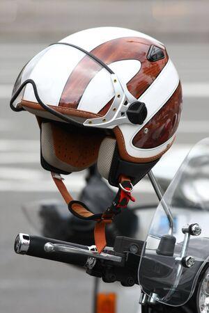 casco de moto: Casco de la motocicleta hunging arriba en el espejo retrovisor Foto de archivo