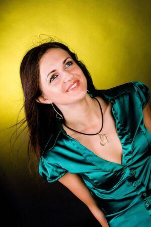 Portrait de la jeune fille souriante sur fond blanc