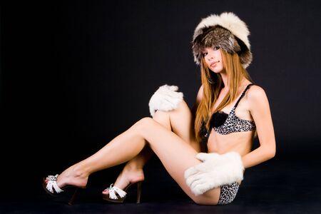 Portrait de la jeune fille en bikini sur fond noir Banque d'images
