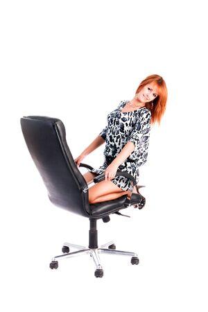 Photo de la jeune fille douce sur le fauteuil. Isoler sur fond blanc.
