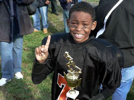 小さなリーグ フットボールのチャンピオン、選手権のための彼の勝利を祝っての写真 写真素材