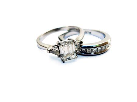 L'immagine di un diamante e platino anello nuziale isolato su uno sfondo bianco, con la messa a fuoco su grandi diamanti Archivio Fotografico - 2257837