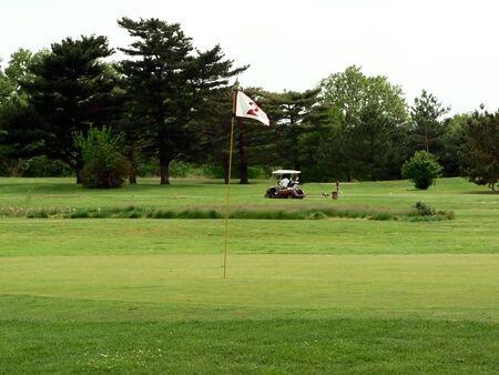 Foto van een witte vlag op een putting green van een golfbaan