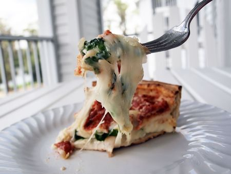 a deep crust Chicago style stuffed pizza slice Stockfoto