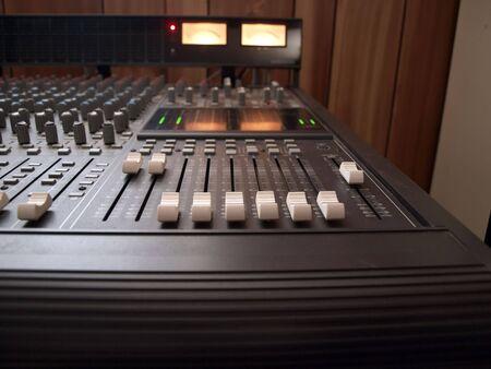 チャンネル ボリューム コントロール、レコーディング スタジオのミキシング コンソールの写真