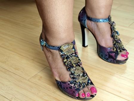 pies de pies de mujeres de un afroamericano en abierto de moda pies zapatos de tacón