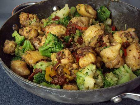 もう食べられる鍋で調理したカレー チキン stirfry