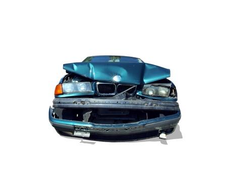 白い背景で隔離された難破の自動車のフロントのプロファイル
