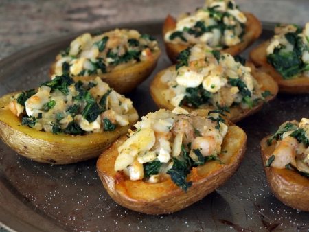 broiling: cooked stuffed potatos of shrimp, spinach, cheese and onion on a broiling pan Stock Photo