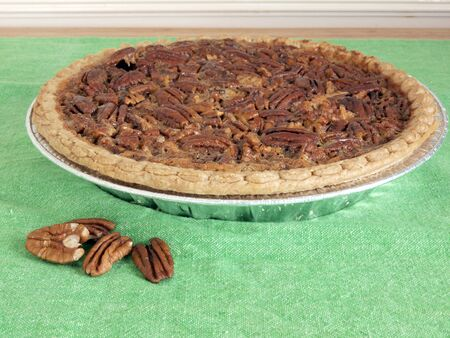 pecan pie: image of homemade pecan pie on a green table cloth Foto de archivo