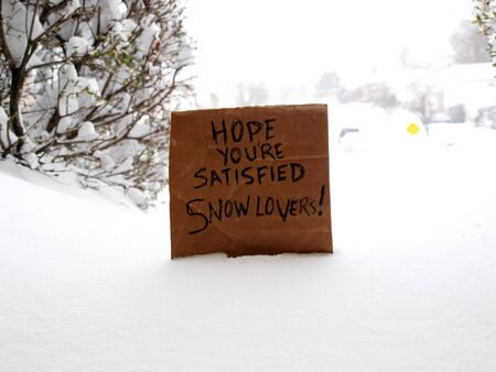 cardboard sign directed to snowlovers during a blizzard in the winter of 2016 Stock fotó - 52058588
