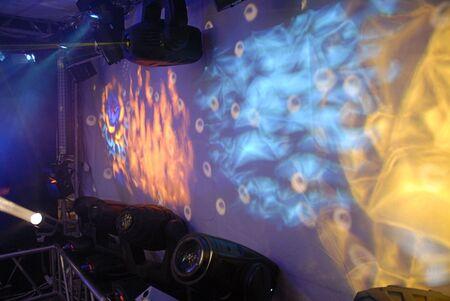 探照灯、レーザー スキャナーおよび彼らの仕事の例の多くの種類のように白い画面で [ラベルの良い場所] 偽の炎。 写真素材