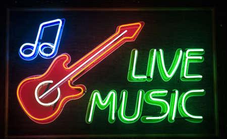 「ライブ音楽」碑文と赤いギターのシンボル