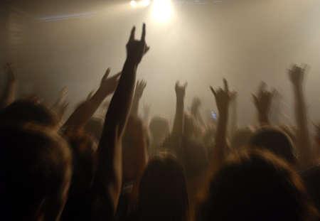 rock concert: folla di giovani sul concerto rock  Archivio Fotografico