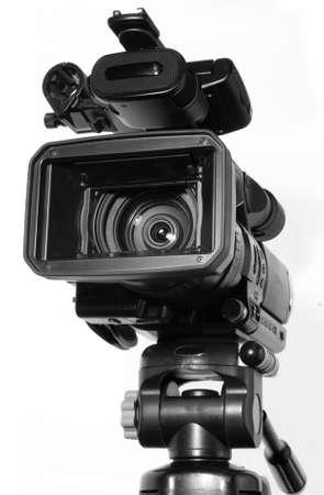 白で隔離されるプロのビデオカメラ
