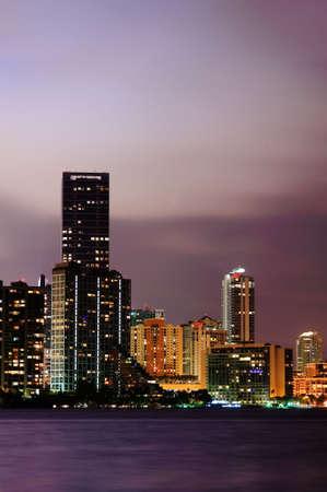 夜にマイアミ ダウンタウンの高層ビル 写真素材