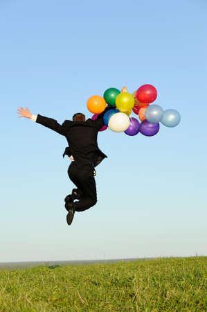 persona saltando: joven empresario activable en virtud de la pradera. puede ser de uso para el concepto de estilo de vida
