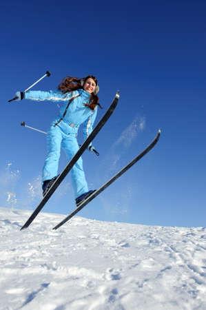 ジャンプ スキー スーツ エネルギーの完全でかなり若い女性