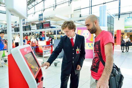 PRAG, Tschechische Republik - 4. August 2015: Self-Check-in kisosk im Flughafen von Prag. Der internationale Flughafen von Prag ist großen Flughafen in der Tschechischen Republik