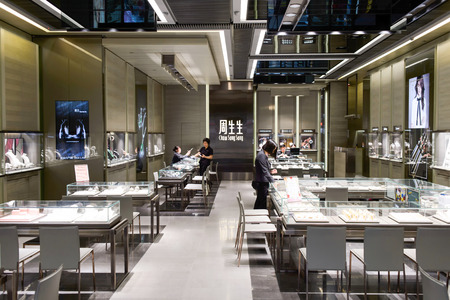 HONG KONG - 6 월 01 : 2015 년 보석 매장 인테리어입니다. 의류 부티크, 디자이너 주력 상점, 레스토랑, 매일 공연 및 전시회 홍콩에서 다양한 선택 에디토리얼