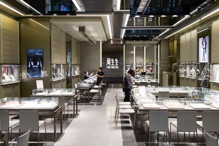 HONG KONG - JUNIO 01, 2015: Interior del almacén de joyería. En Hong Kong, una amplia selección de tiendas de ropa, tiendas de la marca de diseño, restaurantes, espectáculos y exposiciones diarias Editorial