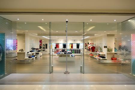 BANGKOK, THAILAND - 21 juni 2015: winkelcentrum interieur. Winkelcentra en warenhuizen zoals Siam Paragon, Central World Plaza, Emperium, Gaysorn en Central Chidlom raken winkelen mekka voor shopaholics Redactioneel