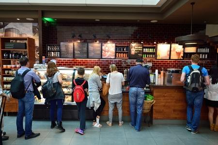 DUBAI, Vereinigte Arabische Emirate - 23. Juni 2015: Starbucks Café Interieur. Starbucks Corporation, das Geschäft wie Starbucks Coffee, ist eine US-amerikanische globale Kaffee Unternehmen und Kaffeehauskette mit Sitz in Seattle, Washington